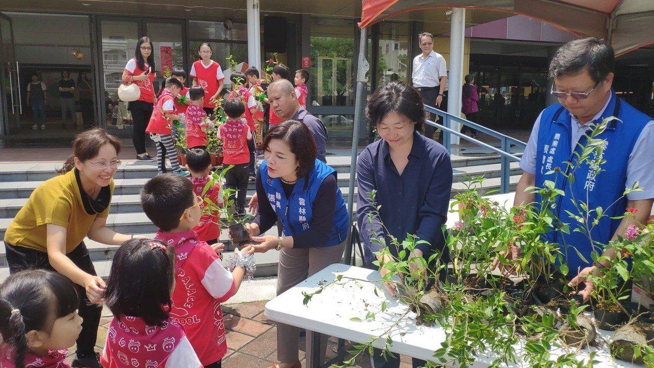 雲林縣長張麗善(右三)發贈苗木給小朋友。記者李京昇/攝影