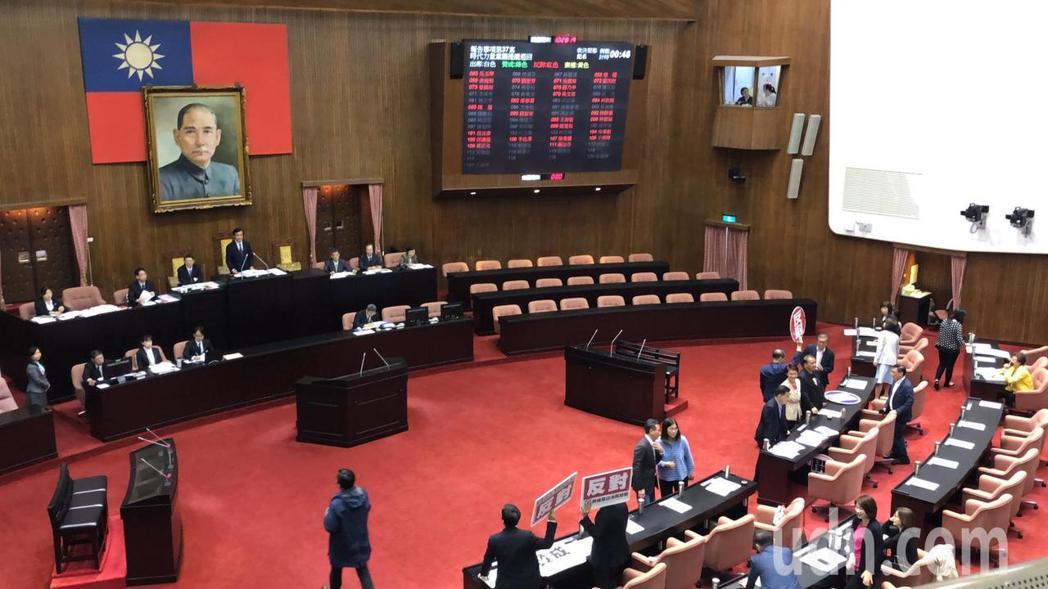 黃昭順所提民法第972條修正草案有時代力量黨團提案退回、國民黨團提案逕付二讀,皆...