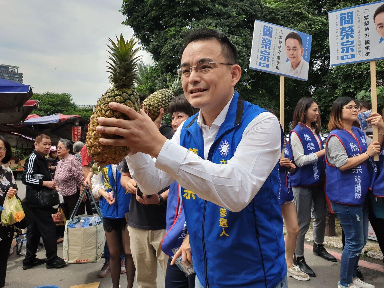 支持民眾贈送鳳梨給簡榮宗祝他當選。記者胡瑞玲/攝影