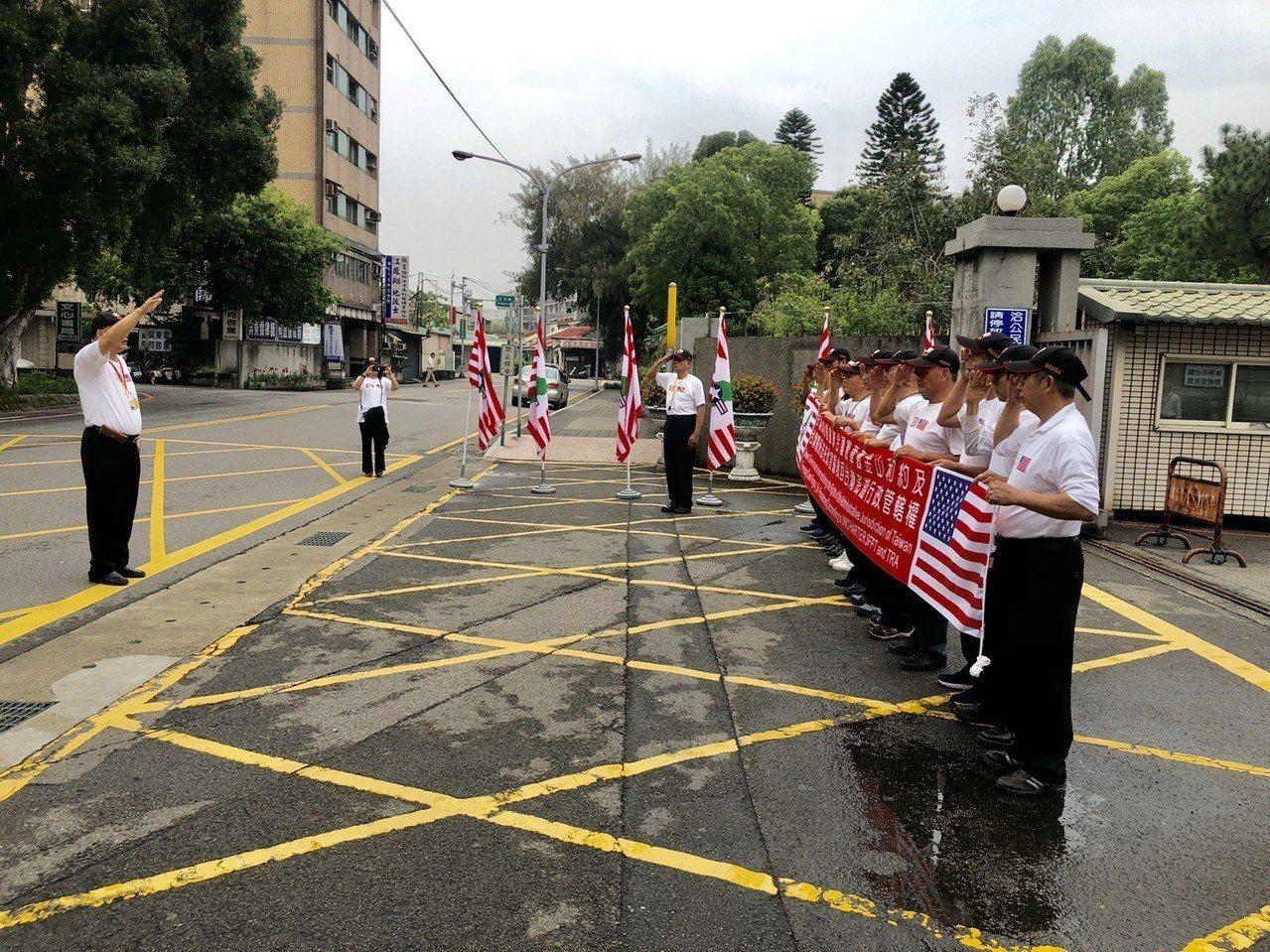 桃園地院大門集結宣示要收回台灣澎湖主權。記者曾健祐/攝影
