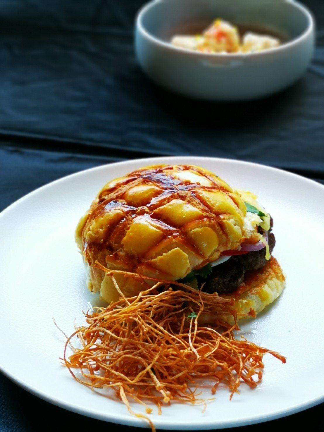 CHAR 2.0 新菜單-炭烤夏威夷風花生牛肉漢堡。記者韓化宇/攝影