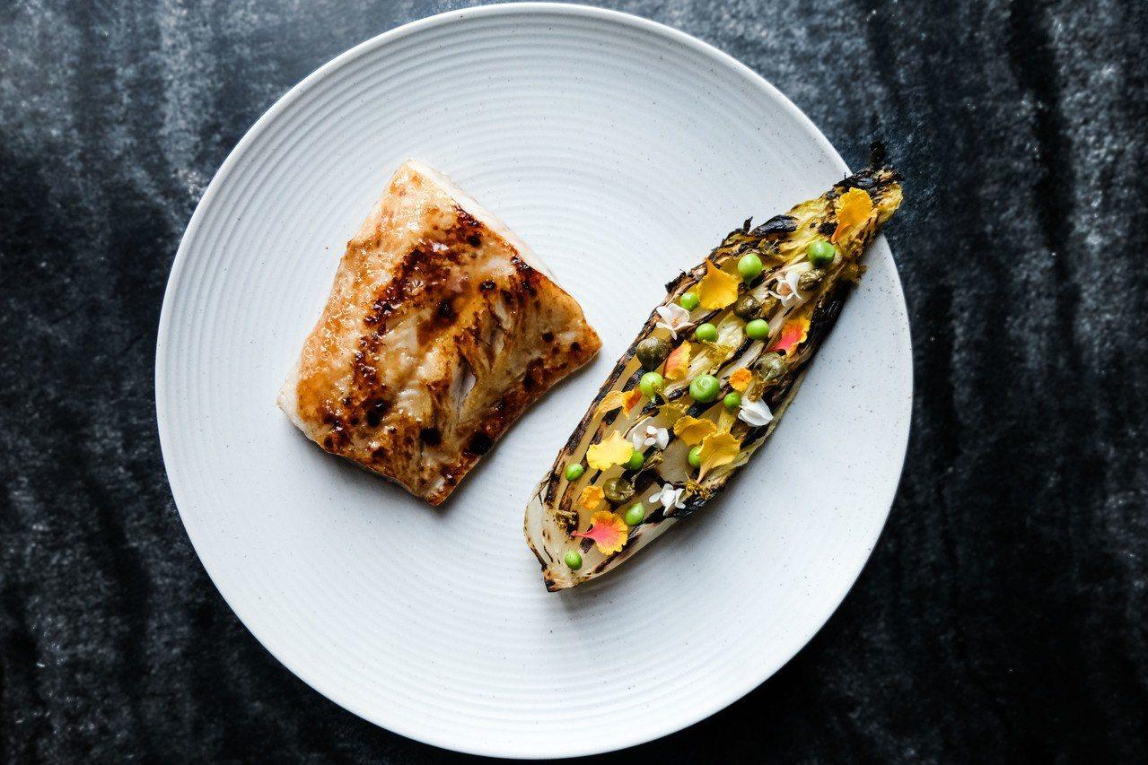 客座主廚菜單-輕度煙燻黑鱈,炭烤高麗菜,洋蔥與酸豆。新竹英迪格/提供