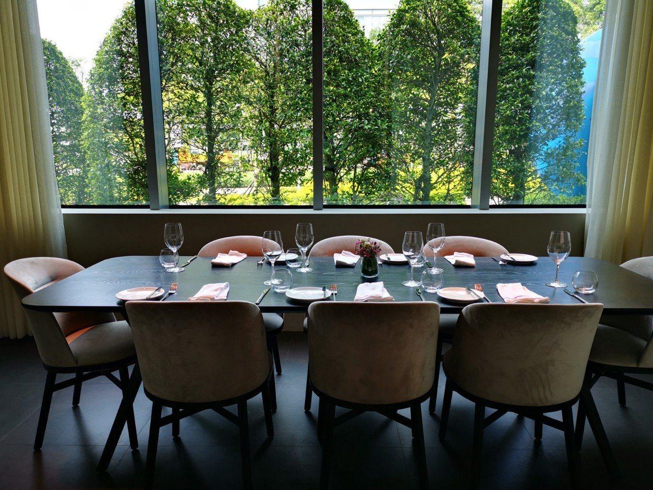 新竹英迪格CHAR bar&bistro餐廳的用餐空間,用餐空間寬敞,光線明亮,...