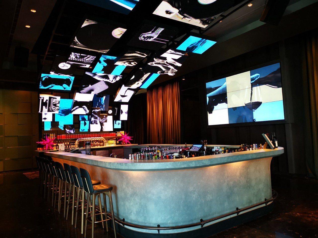 新竹英迪格的酒吧,運用大量電子螢幕,營造充滿科技的潮流感。記者韓化宇/攝影
