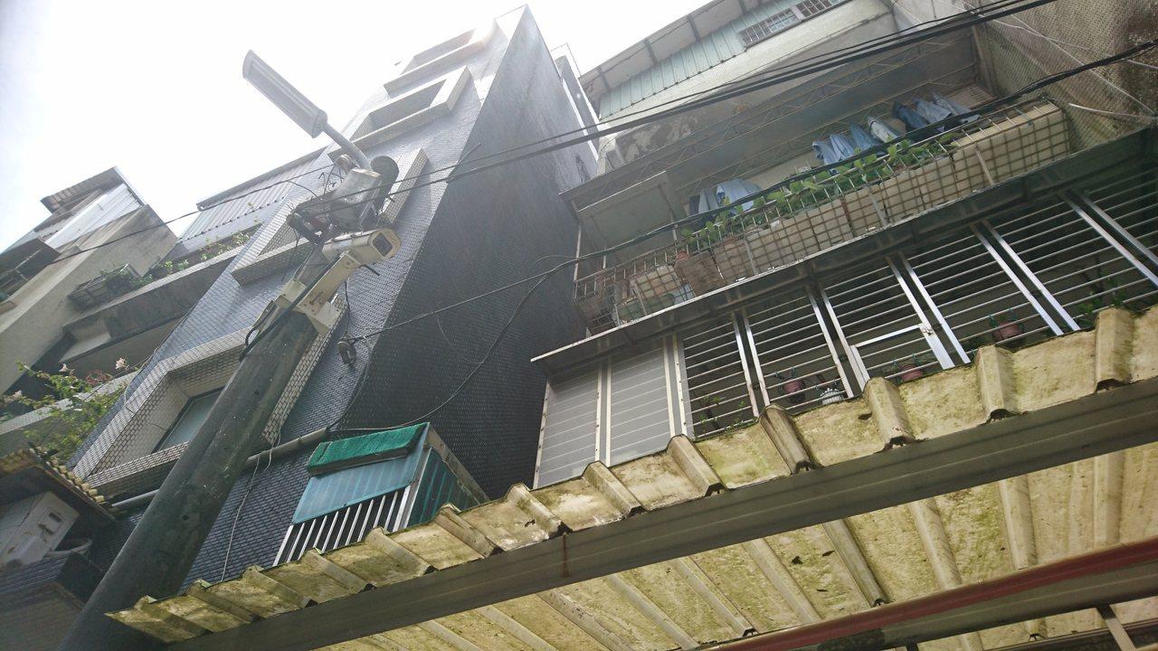 男童墜樓摔落2樓遮雨棚,幸好鄰居鋪墊的假草皮適時成為救命軟墊,讓男童撿回一命。記...