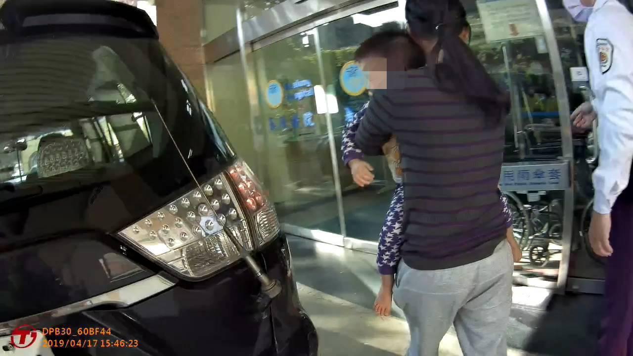2歲男童趁大人不注意,調皮爬窗墜樓,員警緊急調派巡邏車支援,將男童順利送至衛福部...