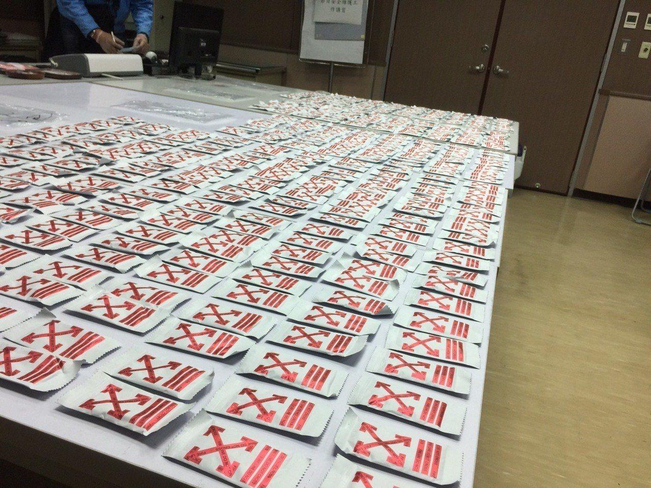曾姓、陳姓男子持有大量毒品,警方逮捕兩人,從兩人租屋處搜出497包毒品咖啡包,懷...