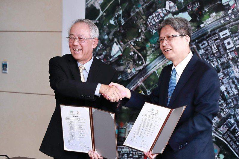 國家災害防救科技中心今與台北大學簽署合作協議書,由國家災防中心主任陳宏宇(左)及台北大學校長李承嘉(右)代表。圖/台北大學提供