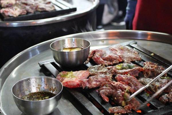 「新村站著吃烤肉」店內只賣烤肉。圖/摘自IG