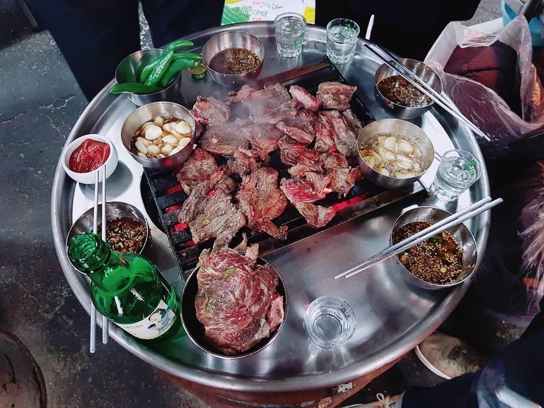 「新村站著吃烤肉」店內只賣烤肉,附有韓國辣椒與沾醬。圖/摘自IG
