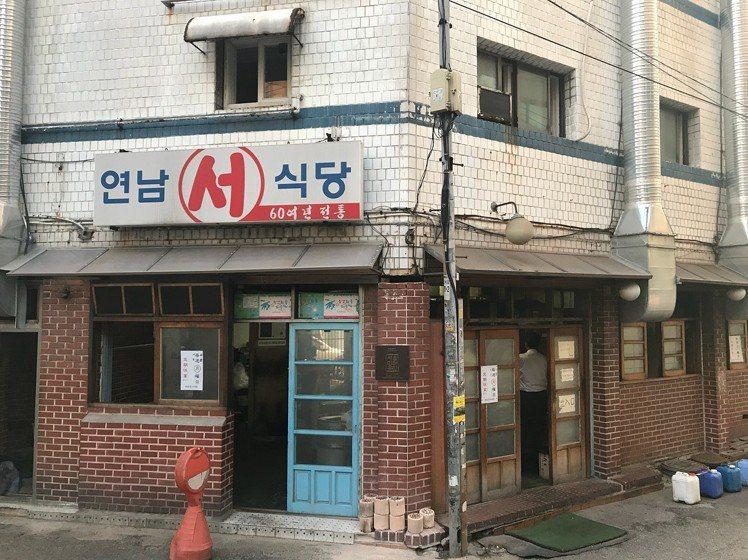 首爾烤肉名店「新村站著吃烤肉」。圖/摘自IG