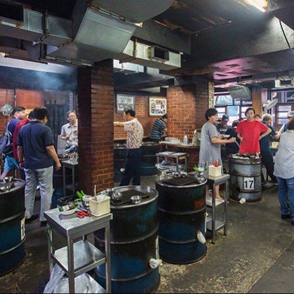 圍著鐵桶站著吃烤肉是「新村站著吃烤肉」一大特色。圖/摘自IG
