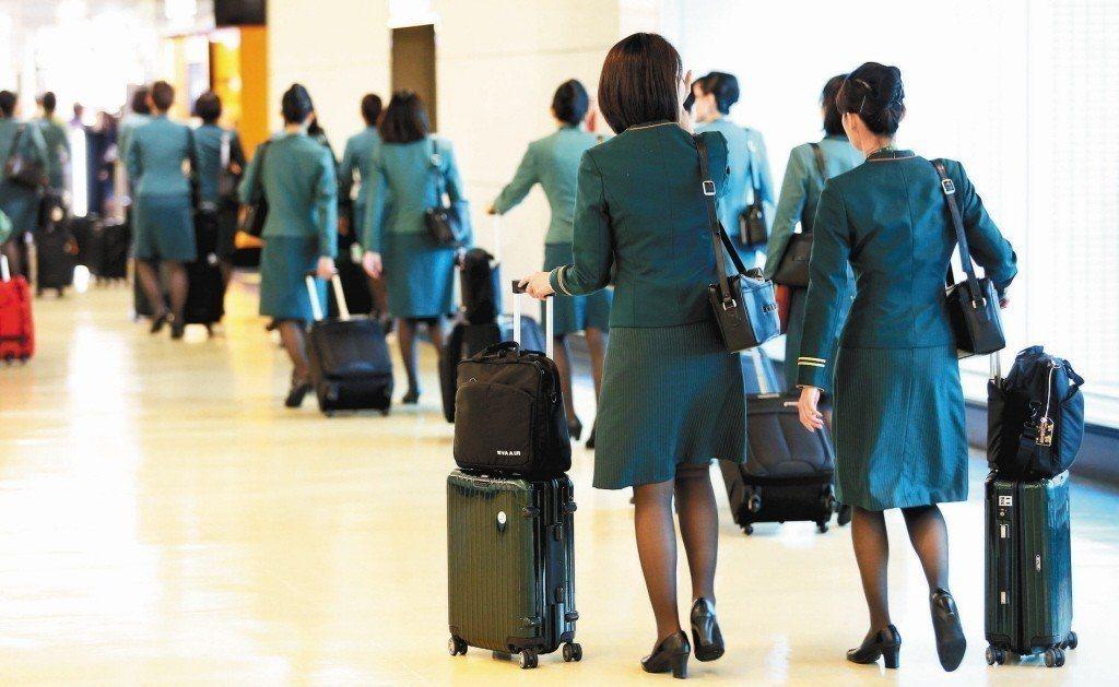 長榮航空勞資調解會議日前宣告破局,桃園市空服員職業工會今經會員代表大會決議,通過...
