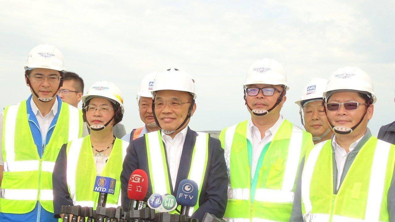 行政院長蘇貞昌(左三)今天在彰化縣受訪說,郭台銘要參選總統,最羨慕的人應該是中國...