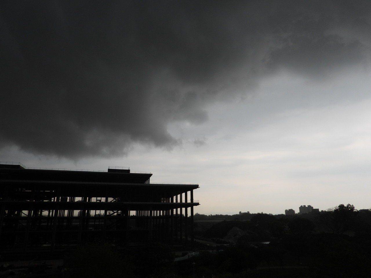 台南永康上空下午大片烏雲遮蔽天空,一陣雷響後下起大雨。記者周宗禎/攝影