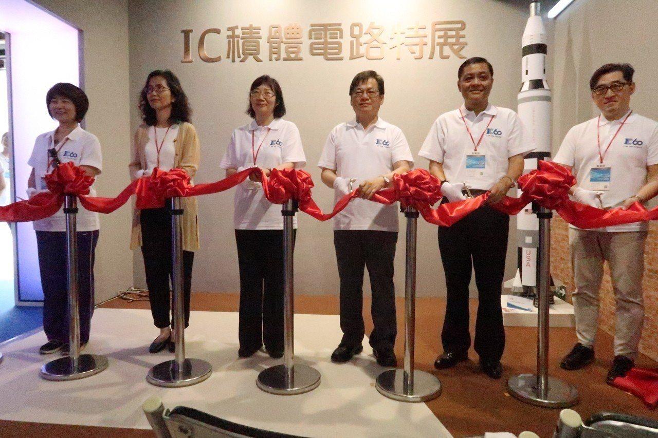 科技部與國家實驗研究院台灣半導體研究中心,在高雄駁二藝術特區B6倉庫舉辦「IC積...