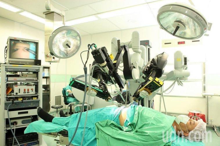 健保署公布全台多家醫院替患者做自費達文西微創手術,同時又請領健保給付,並點名多家...