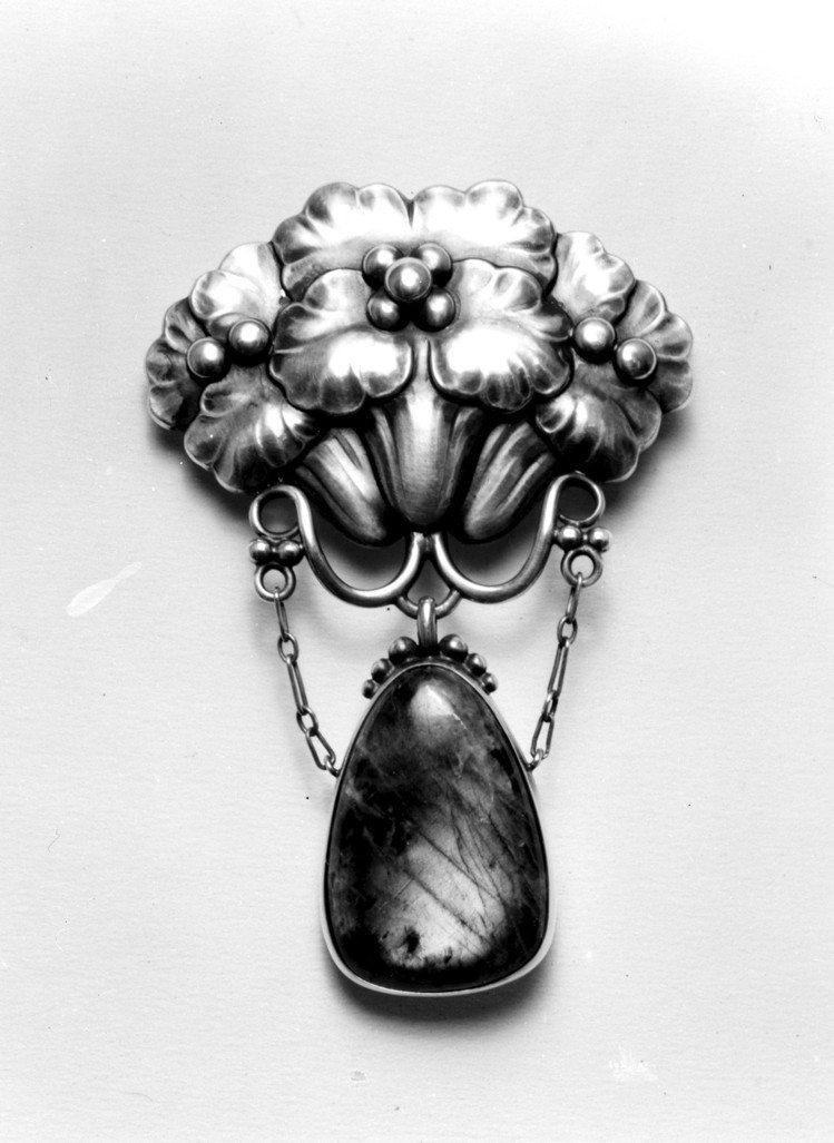 喬治傑生編號125骨董純銀琥珀胸針。圖/喬治傑生提供