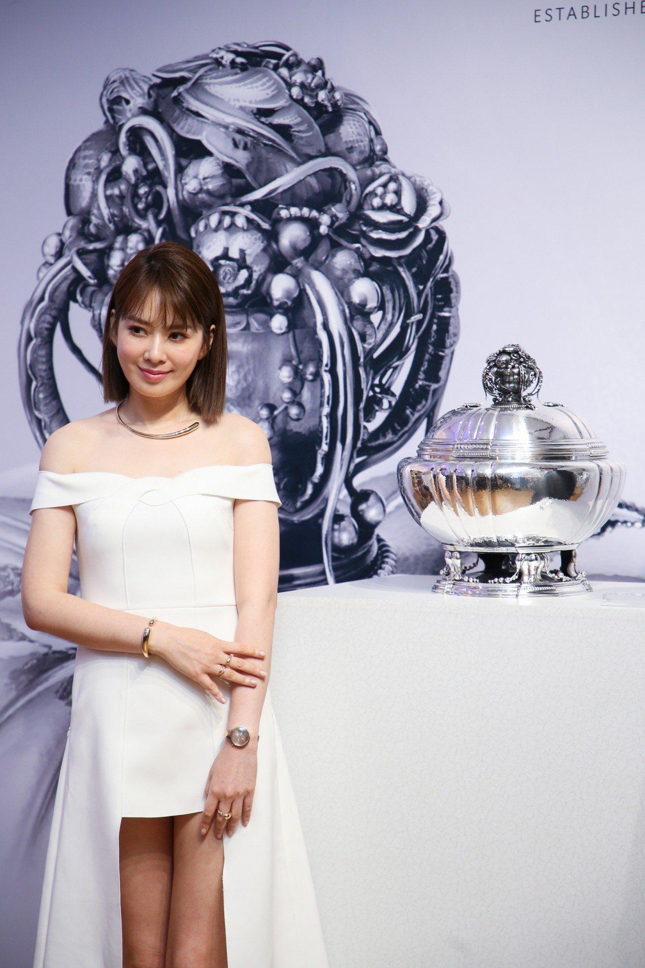 Melody出席喬治傑生《百年工藝 時光之旅》銀雕展開幕活動,與編號270銀雕花...