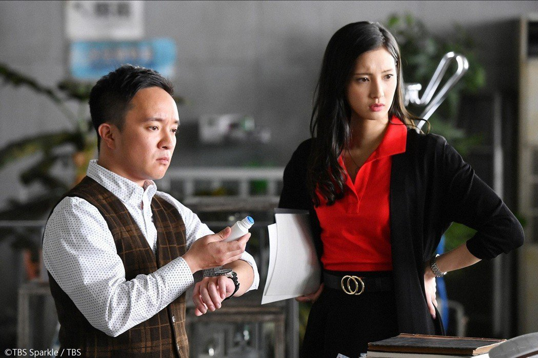菜菜緒(右)十分大膽,對各種「蟲蟲」來者不拒,讓同劇演員濱田岳(左)自嘆不如