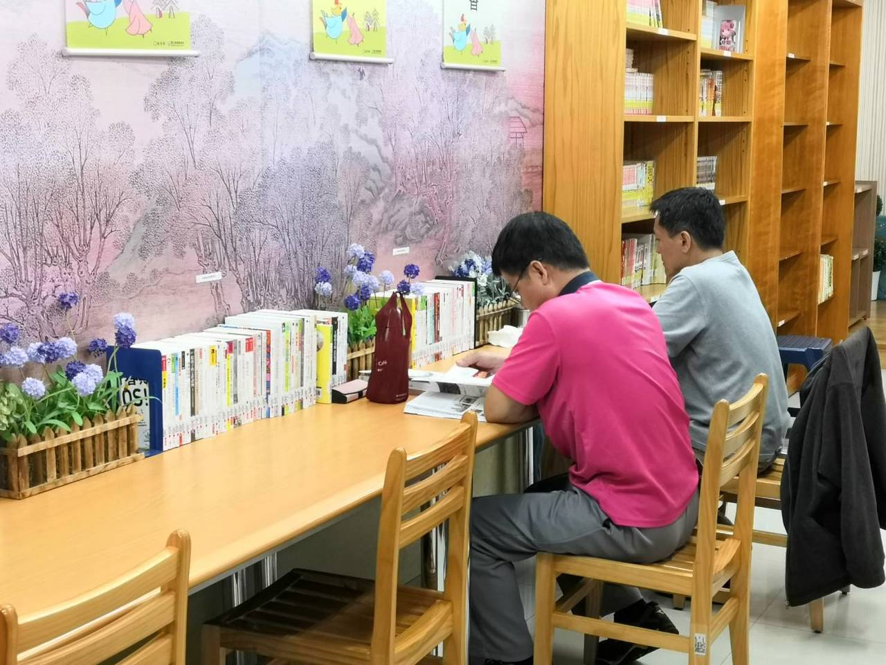 桃園市立圖書館體貼考生,各分館自修室明天起至6月30日,每周六、日將提早半小時開...
