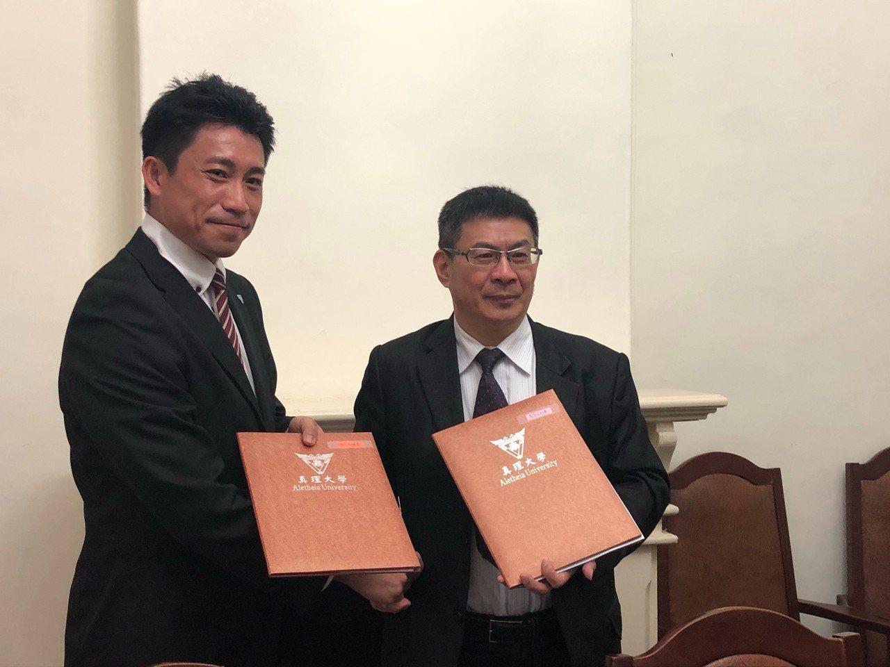 真理大學陳奇銘校長(右)與漢興運動有限公司余書農董事長簽約。圖/真理大學提供