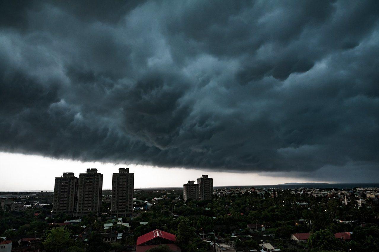 網友James Ho於臉書社團《屏東縣潮州鎮》內,po出在下午3點半在東港拍攝到...
