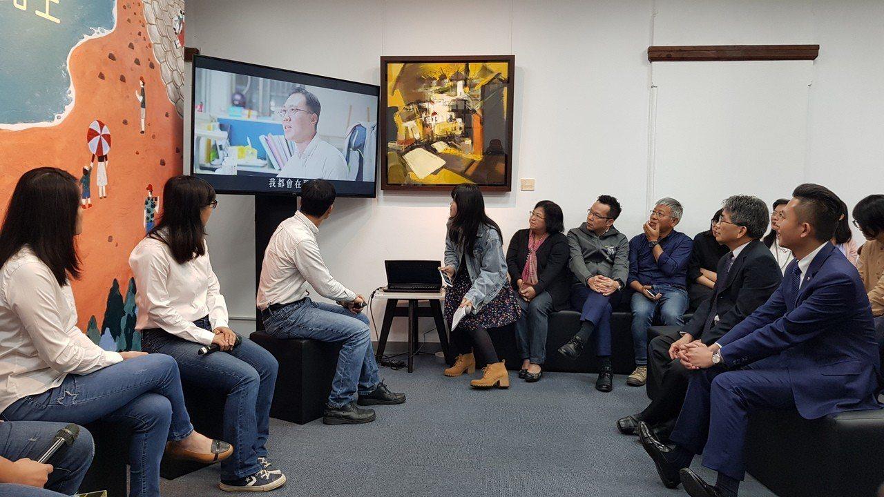 新竹市長林智堅(右)欣賞多名科長甘苦談「我們與工程的日常」影片。記者黃瑞典/攝影