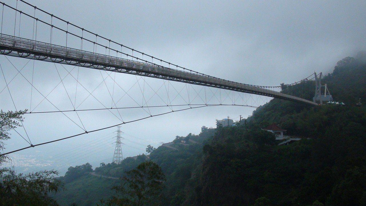 交通部長林佳龍今登上嘉義縣太平雲梯,宣傳「春遊專案」。記者謝恩得/攝影