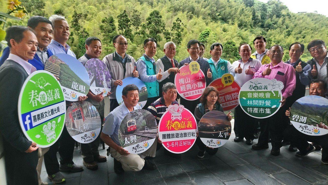 交通部長林佳龍(左八)到嘉義縣宣導春遊專案。記者謝恩得/攝影