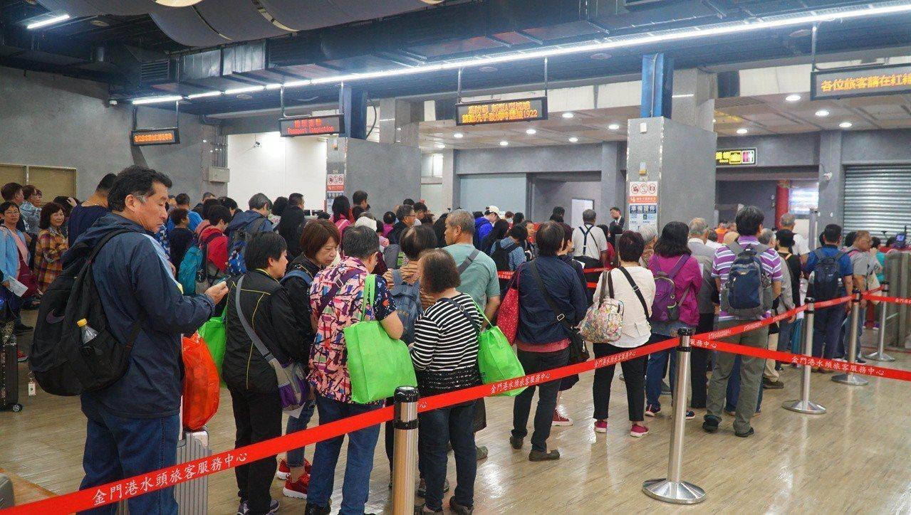 金門縣政府上月到香港推觀光,今天起有大批的香港旅客到金門來旅遊,通關櫃臺都擠滿了...