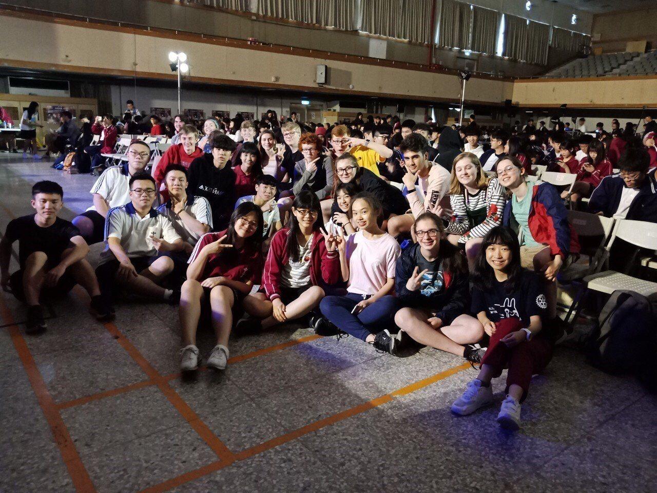 台中二中年度學生歌唱大賽「二中聲」今舉辦決賽,美國友校的交換學生也來參與。圖/台...