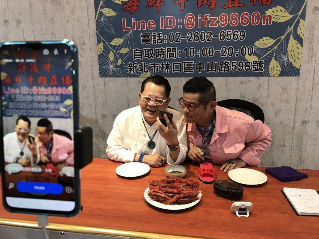 鄭進一(左)和許效舜一起合夥叫賣海鮮、牛肉,這組合相當新奇。記者葉君遠/攝影