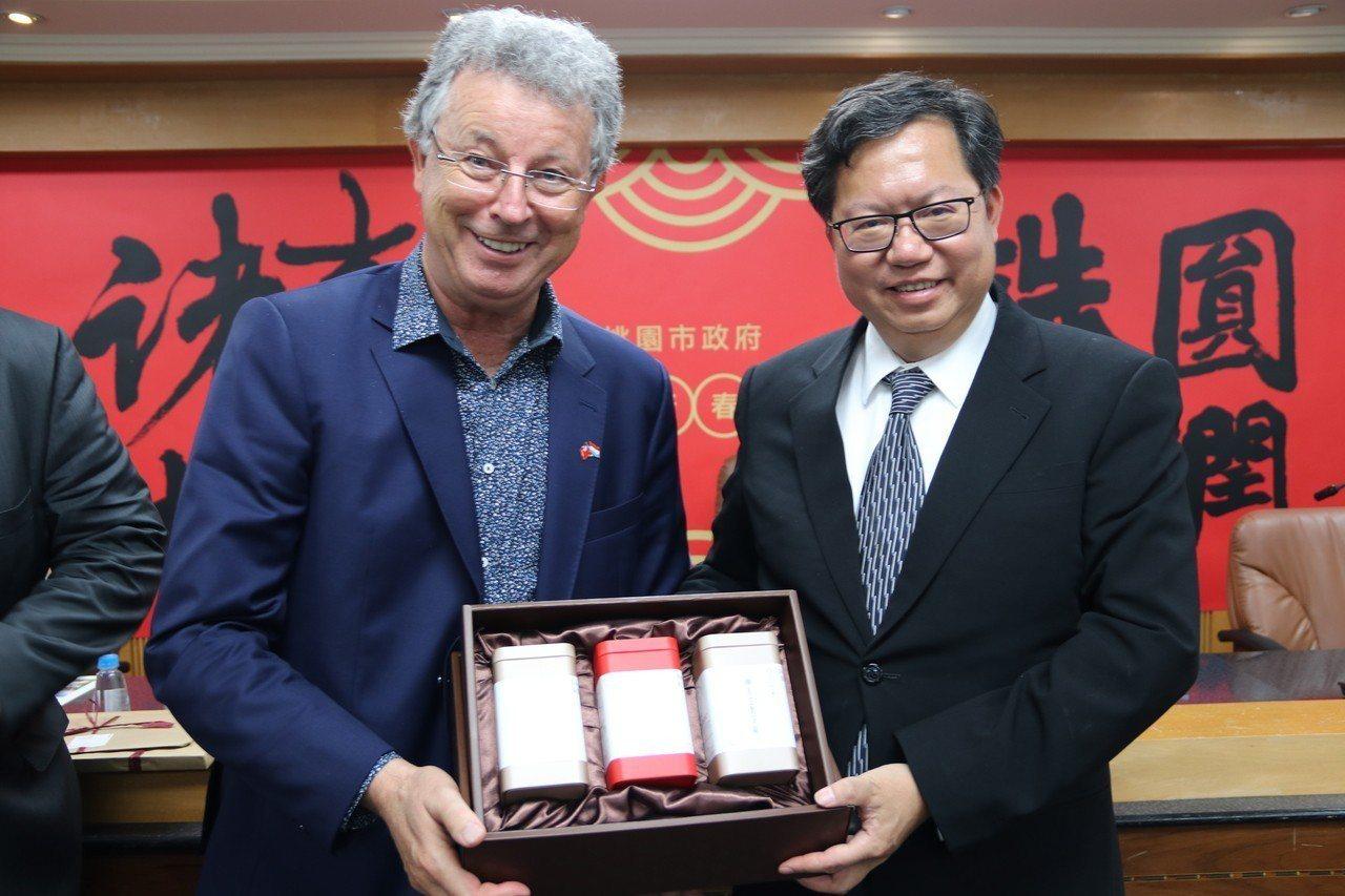 盧森堡國會議員來訪,桃園市長鄭文燦(右)贈送伴手禮,由議員艾雪(左)代表收下。圖...