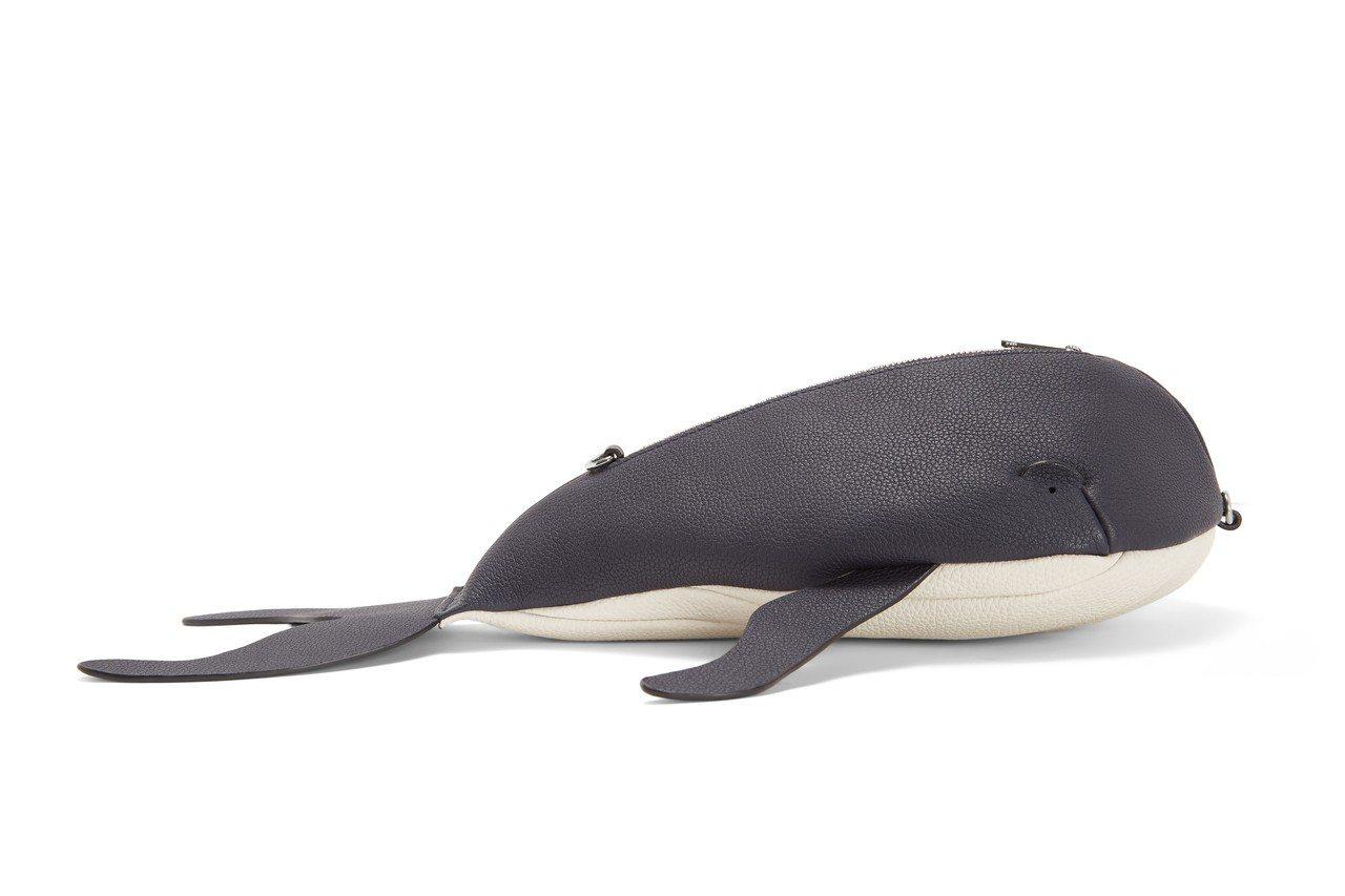 WHALE鯨魚造型小牛皮肩背包,售價46,000元。圖/LOEWE提供