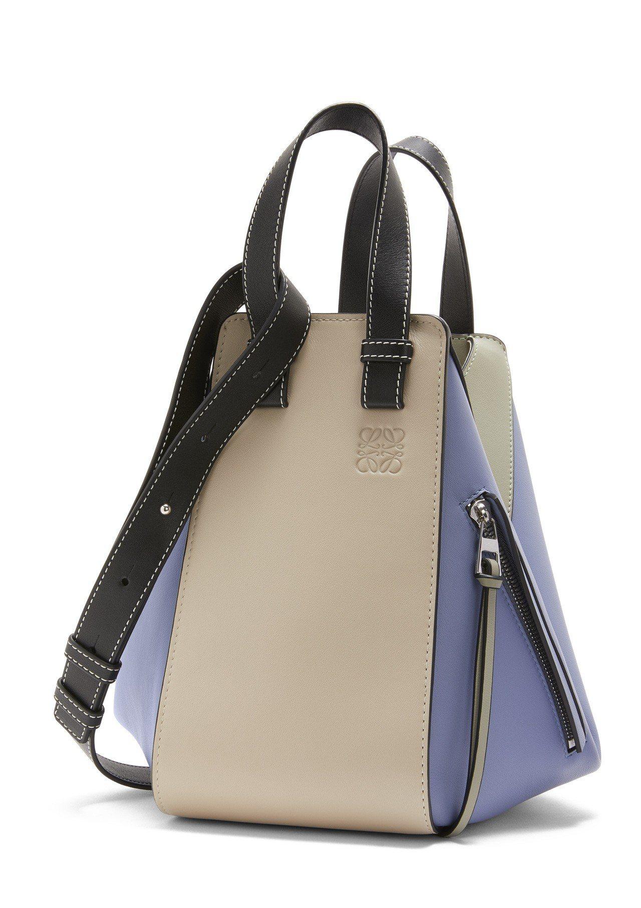 Hammock米藍拼色小牛皮肩背提包,售價86,000元。圖/LOEWE提供