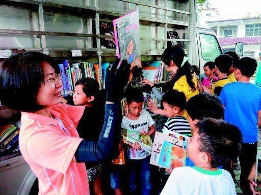 很多偏鄉學校沒錢買課外書,要靠公立圖書館支援。圖為高雄市立圖書館行動書車開進偏鄉...