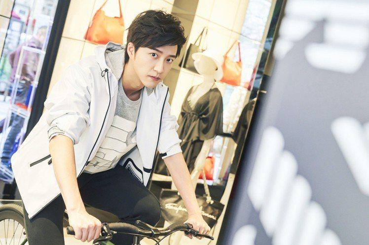 江宏傑穿白色外套配黑長褲,這是他喜歡的風格。圖/華研提供