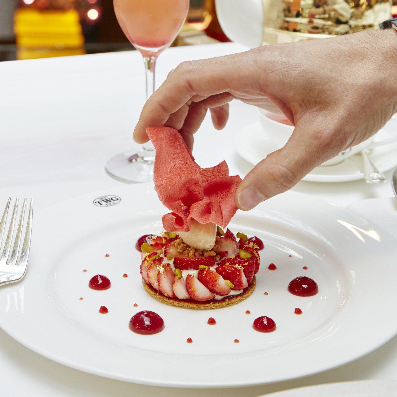 草莓開心果塔佐大黃根雪酪。圖/TWG Tea提供