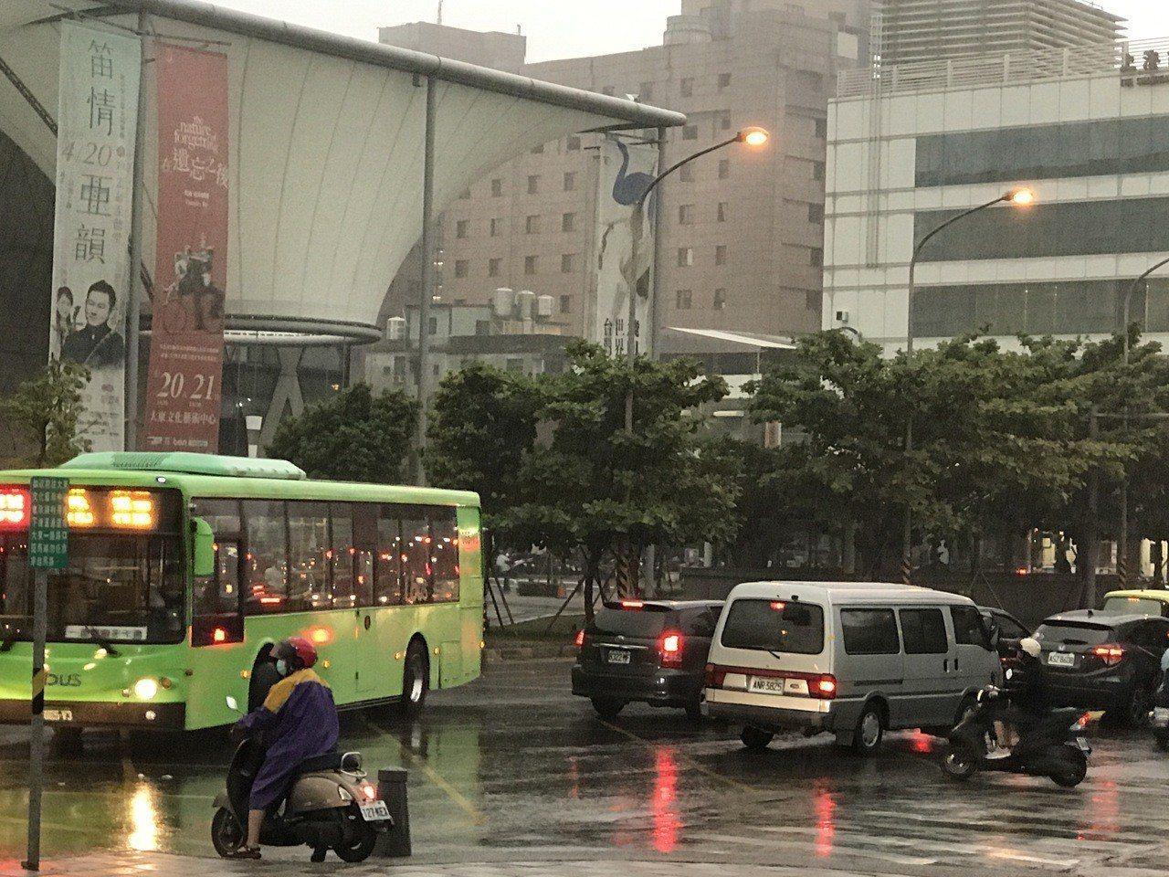 今下午3點多,高市鳳山區下起大雨,雨勢忽大忽小,路燈也亮起。記者劉星君/攝影