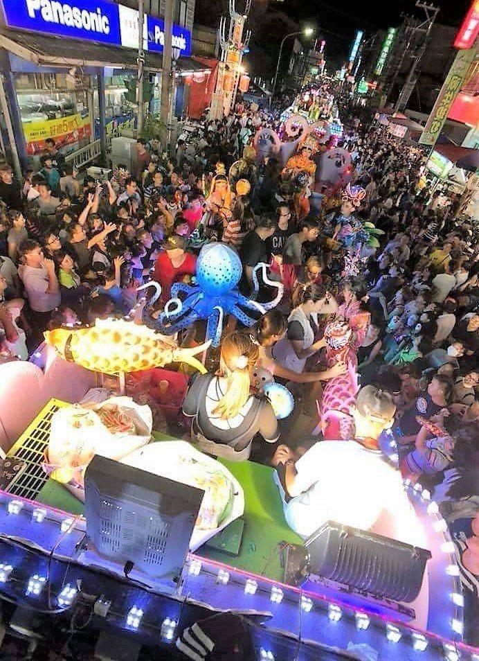 去年二座真人藝閣花車繞行朴子市區,受到熱烈歡迎,現場人山人海。圖/讀者提供