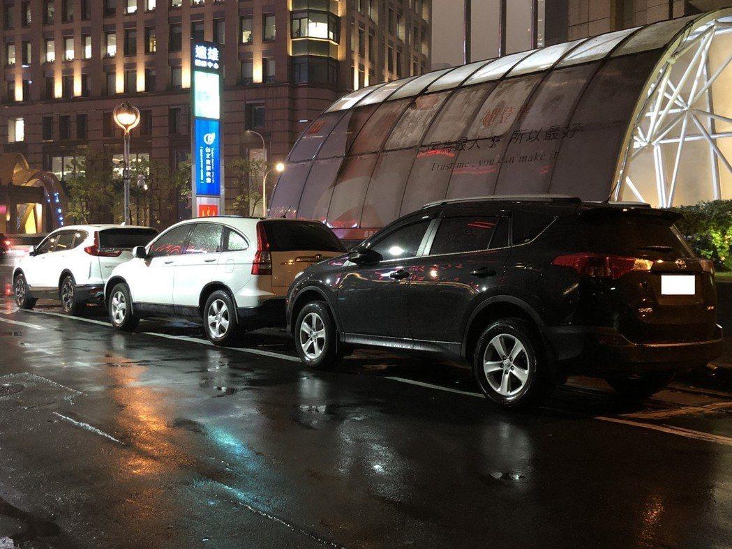 停管處表示,目前會以「欠費超過1萬元」及「號牌註銷」,作為違規車輛標準進行拖吊。...