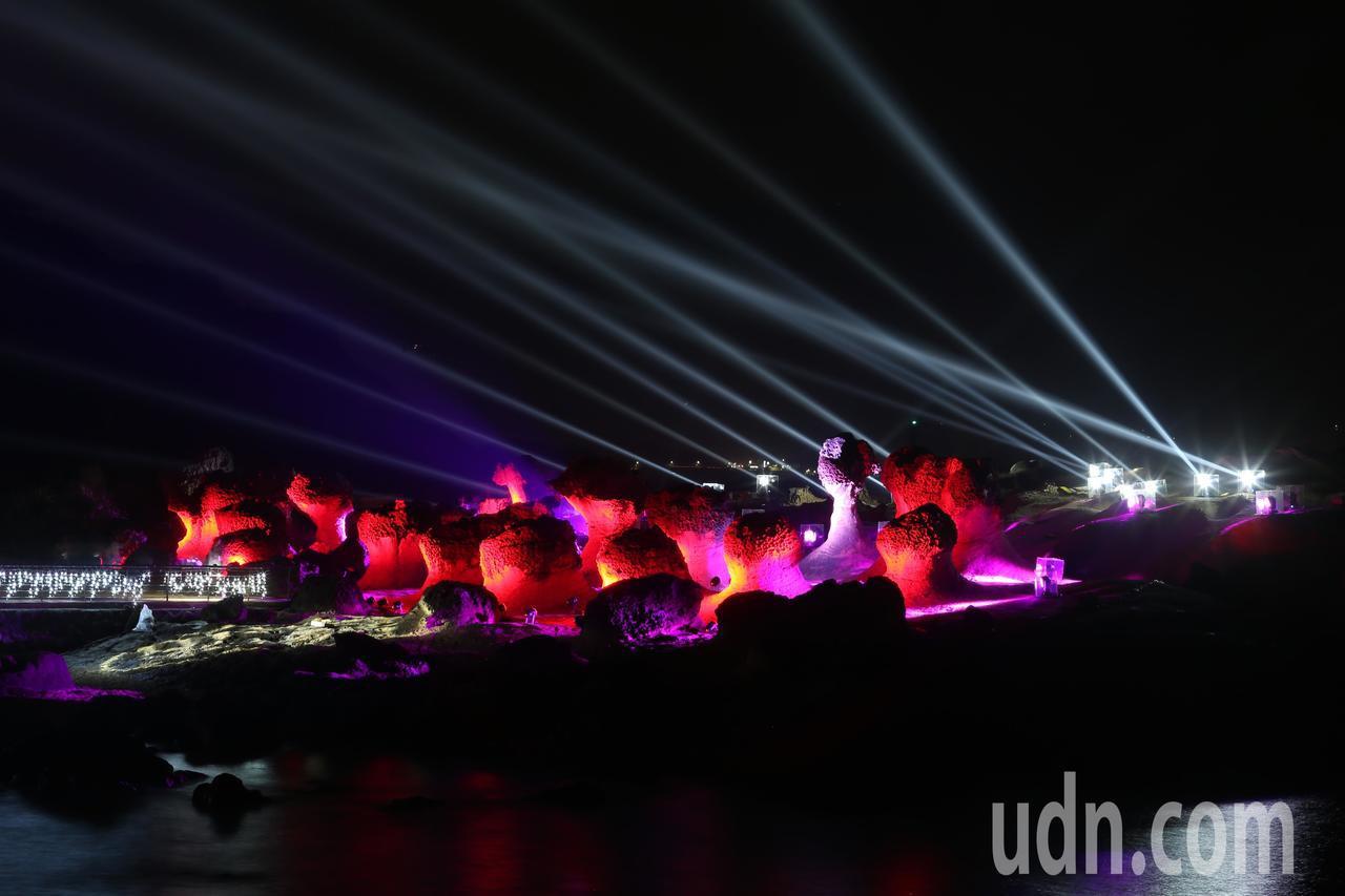 北觀處舉辦「野柳石光,夜訪女王」活動晚間正式開幕,將俏皮公主區搭配上絢彩的燈光及...