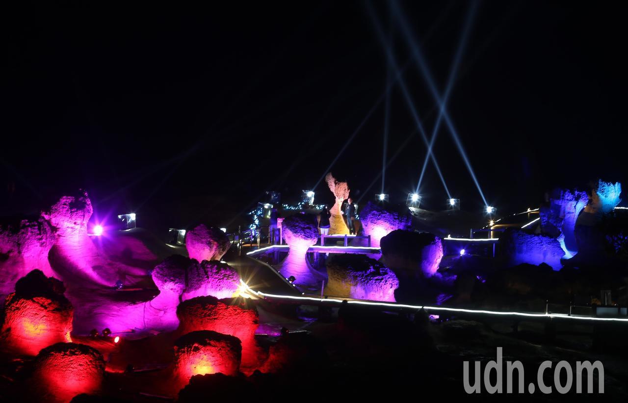北觀處舉辦「野柳石光,夜訪女王」活動晚間正式開幕,將野柳主角女王頭搭配上絢彩的燈...