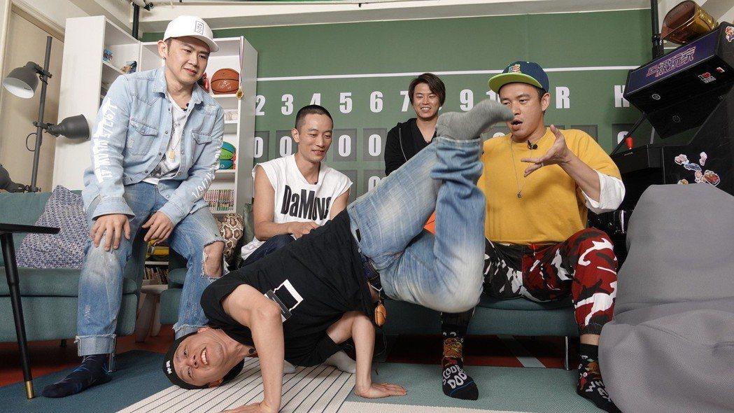 黃丹尼(前)秀出特技,阿Ben(後排右起)、阿弟、Kido和大隸看熱鬧。圖/54...