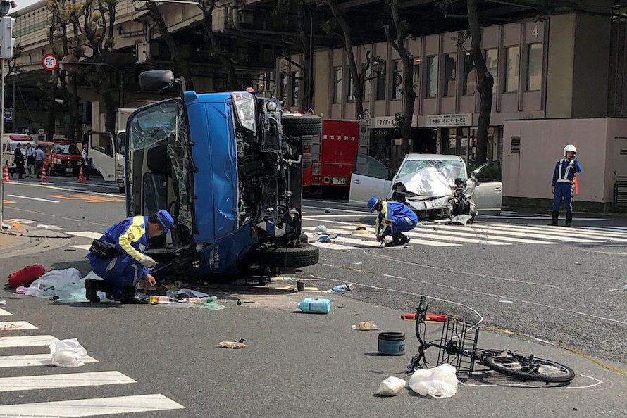 遭撞的藍色垃圾車和肇事的銀色轎車,車體皆嚴重變形。(路透)