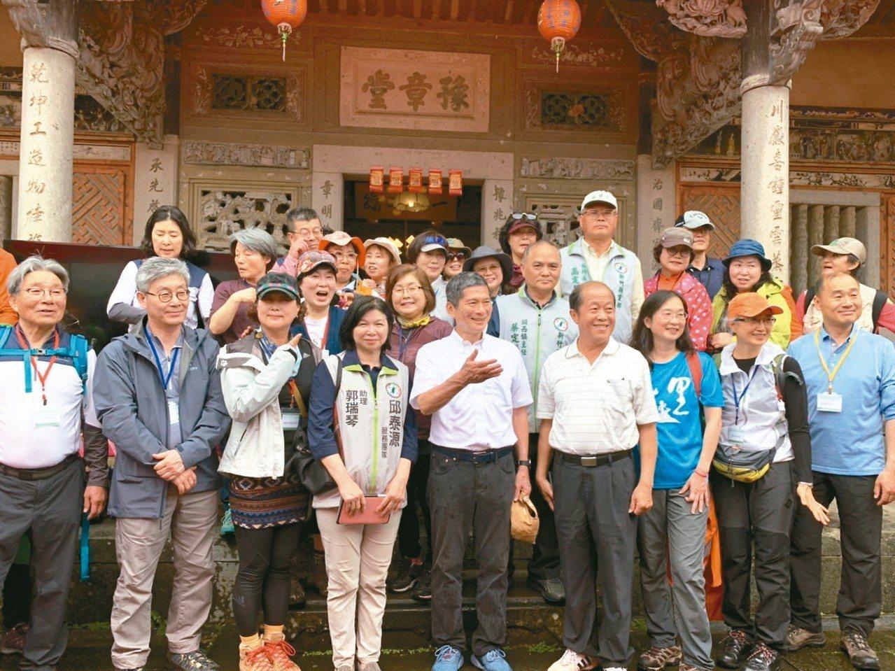 客委會昨邀韓國濟州島偶來步道協會走訪「Raknus Selu樟之細路」,首站從關...