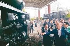 蘇貞昌視察鐵路一村允補助 看老火車頭憶當年