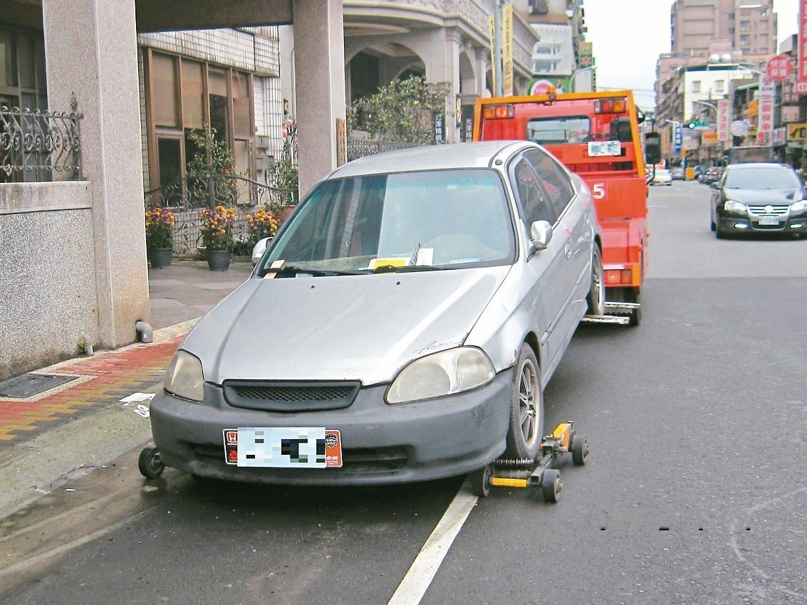 新北市交通局針對路邊久停欠費車輛強力拖吊,2017年以來計清除約260輛。 圖/...