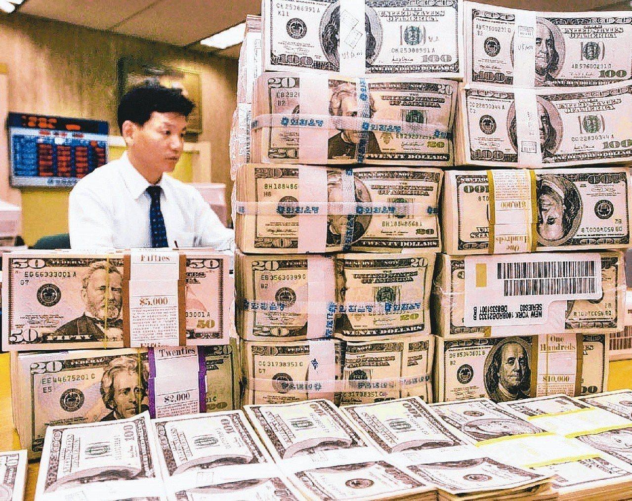全球反避稅浪潮下,富人將資產留在海外操作及避稅,難度越來越高。圖為南韓銀行行員整...